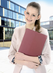 Teenager mit Bewerungsmappe bei Jobsuche