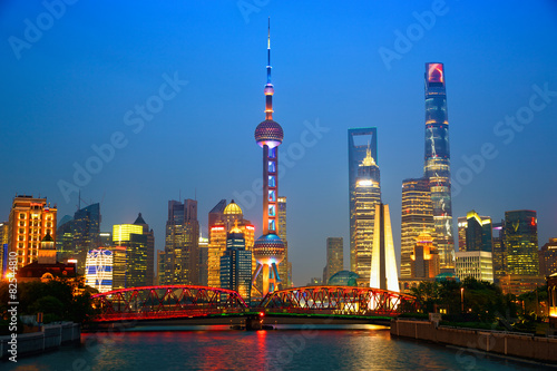Plakát, Obraz Shanghai skyline at dusk with illuminated Waibaidu bridge, China