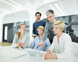 Team im Büro mit Tablet Computer