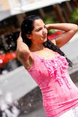 Junge Frau Abkühlung am Brunnen