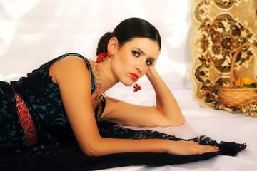 Giovane donna nelle vesti della Siciliana