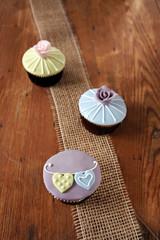 cupcakes mit herzchen und rosen
