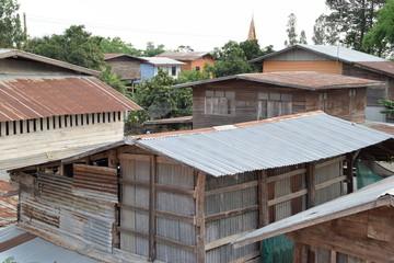 Thailändisches Dorf mit Wellblechhäusern