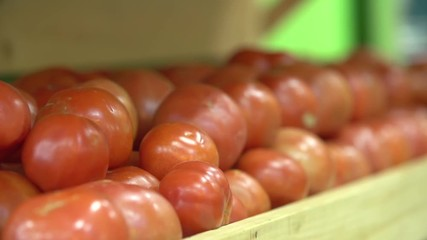 Rack focus on tomato at grocery