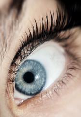 Occhio azzurro con ciglia finte
