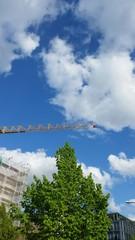 Kran am blauen Himmel