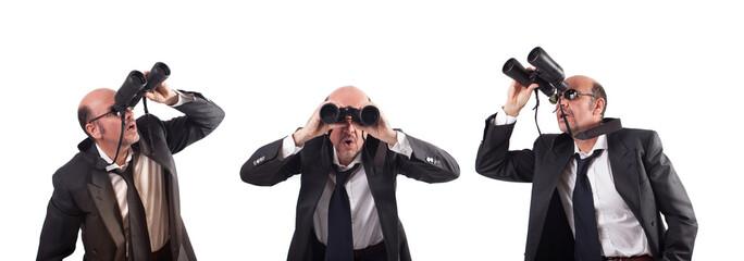 Uomini che guardano con binocolo