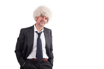 Uomo con cappello peloso bianco