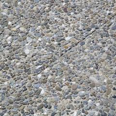 Pavimento con sassi incastonati