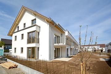 Wohnhaus mit Aussenanlagen vor Fertigstellung der Bauarbeiten