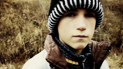 Junge im kalten Winter