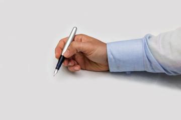 mano di uomo con una penna per firmare un contratto