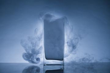 прямоугольный сосуд с дымом