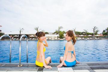 リゾートのプールで遊ぶ女性二人