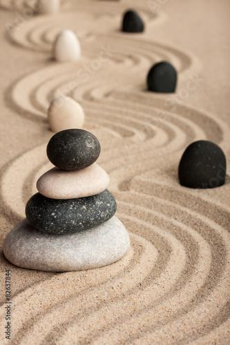 piramida-z-kamieni-stojacych-na-piasku