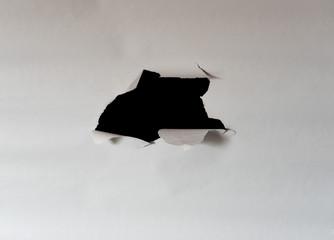Aufgerissenes Papier zum Durchschauen