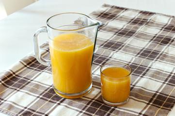 Succo d'arancia in bicchiere e brocca