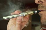 homme avec une cigarette électronique