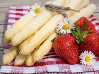 Spargel und Erdbeeren auf dem Tisch