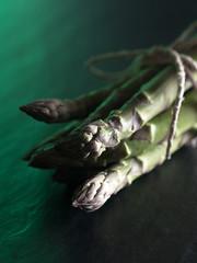 Gebündelter grüner Spargel, ungekocht.