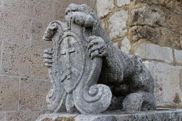 каменный лев со щитом