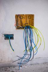 Muro e scatola cablaggio fili elettrici, edilizia