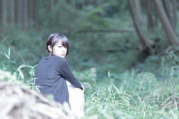森林と女性