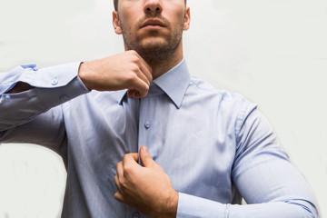 uomo di affari in camicia che si prepara per lavorare