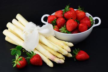 Weißer Spargel mit Erdbeeren