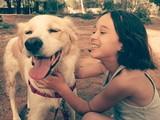 Niña riendo con su perro poster