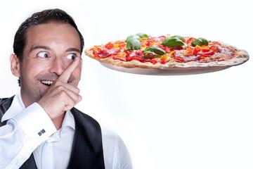 Geschäftsmann zeigt auf frische Pizza