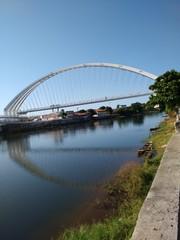 Ponte sobre o rio corrente
