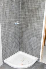 Piatto della doccia nel bagno, cantiere edilizio
