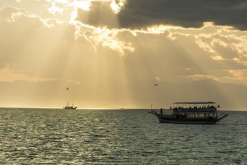 beyşehir gölü günbatımında tekne turu