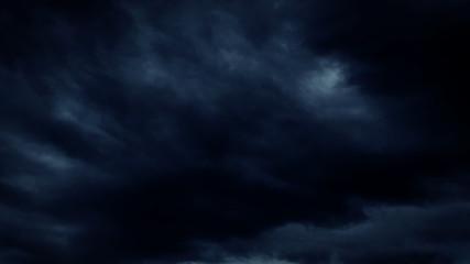 Dunkle dramatische wolken