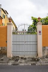 Cancello di ferro bianco, mura, ingresso a villa
