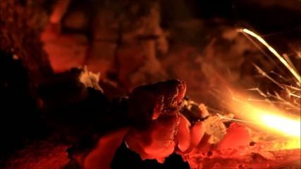 Funken sprühen im Kaminfeuer