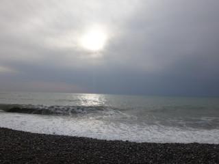 Море поздно вечером с садящимся солнцем