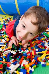 Junge mit Bausteinen