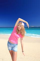 水納島の美しいビーチと女性