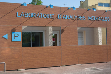 Sign of laboratory at medical center in french