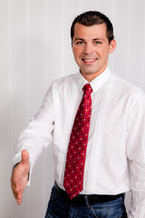 Geschäftsmann bietet handschlag zur Begrüßung