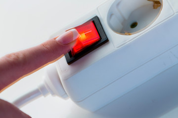 Hand mit Schalter für Strom