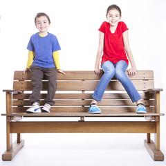 Bambini su una panchina di legno
