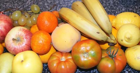 Frutas variadas sobre mármol