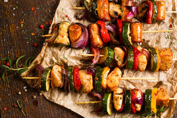 Grilled skewers of chicken meat and vegetables