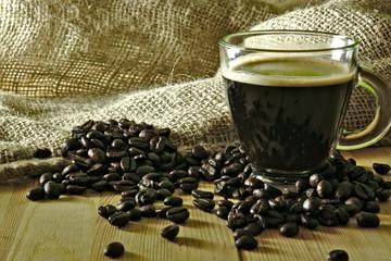 Café con granos sobe mesa de madera