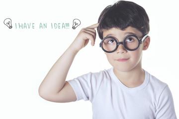 niño listo que tiene una idea