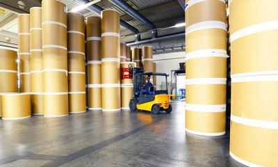 Lagerhalle für Papierrollen in einer Druckerei