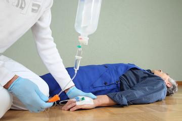 Rettungssanitäter beim Anlegen einer Infusion _ Unfall